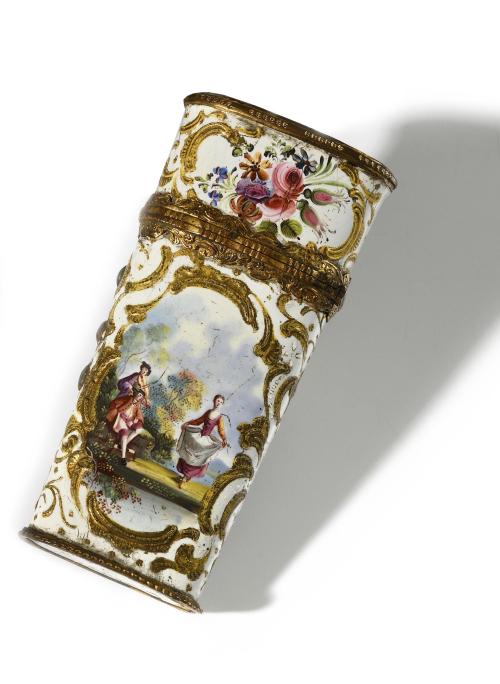 OITE NECESSAIRE A COUTURE  de forme oblongue  en argent émaillé. Couvercle à charnière orné de personnages  scènes champêtres et scènes galantes ; enrichi de bouquets de fleurs et de rinceaux dorés. Monture en pomponne.